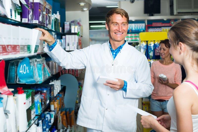 Farmacéutico del hombre en tienda farmacéutica imágenes de archivo libres de regalías