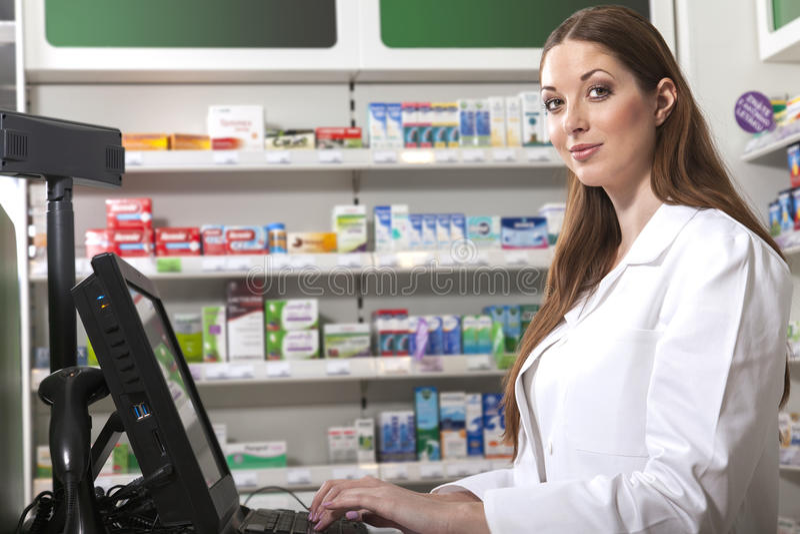 Farmacéutico en el escritorio de efectivo fotos de archivo