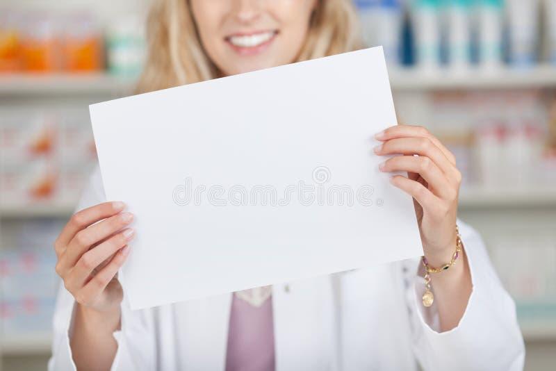 Farmacéutico Holding Blank Paper foto de archivo libre de regalías