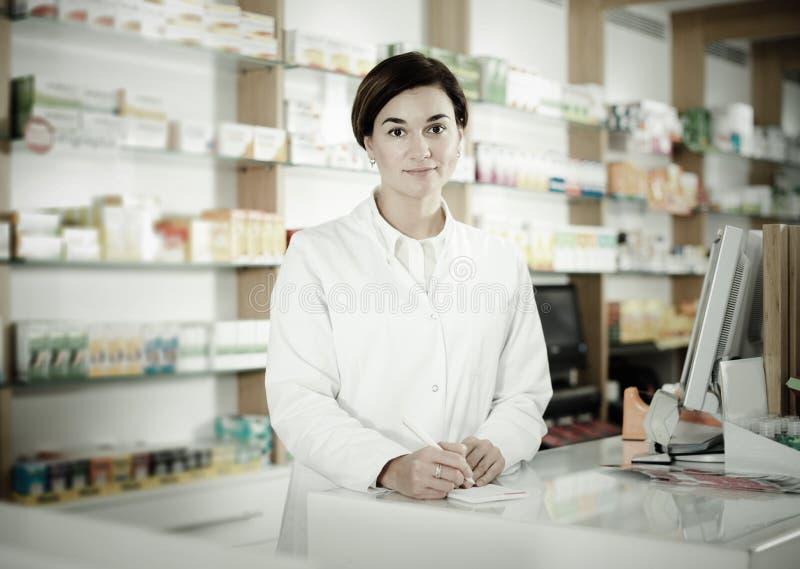 Farmacéutico listo para ayudar a elegir en el contador foto de archivo libre de regalías
