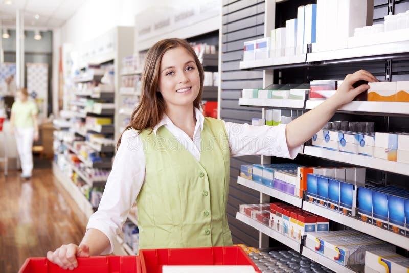 Farmacéutico Looking For Medicine foto de archivo libre de regalías