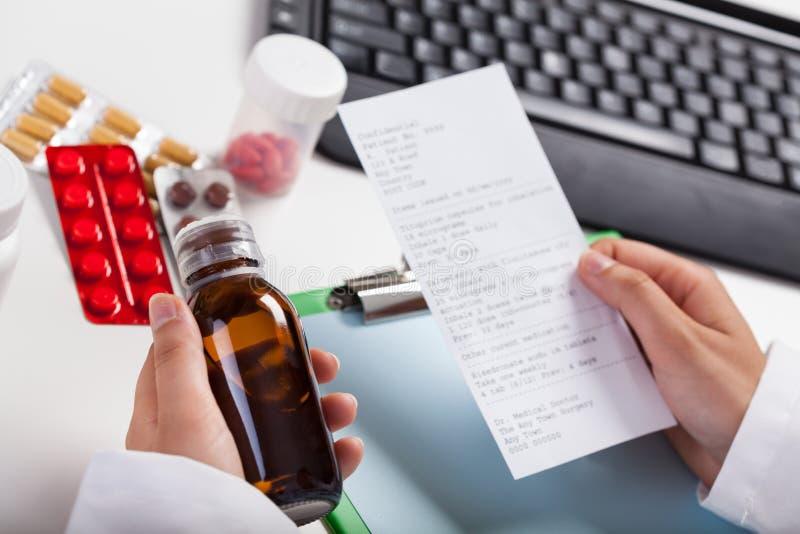 Farmacéutico que comprueba la prescripción imagen de archivo