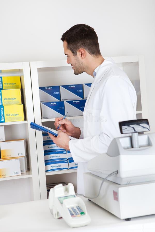 Farmacéutico que controla las drogas fotos de archivo libres de regalías