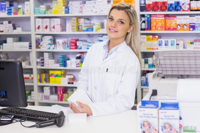 Farmacéutico que lleva a cabo las medicinas que miran la cámara imagenes de archivo