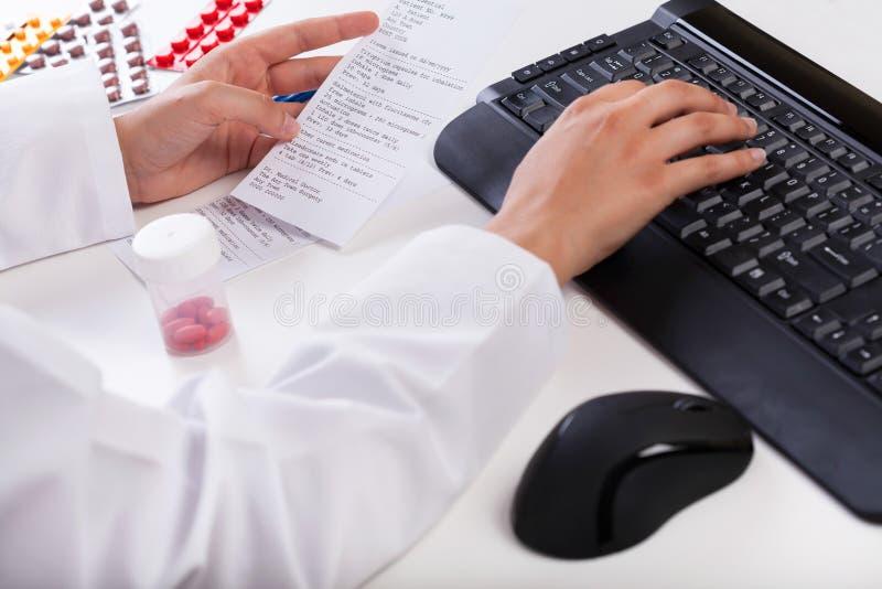 Farmacéutico que realiza el papel del rx foto de archivo libre de regalías