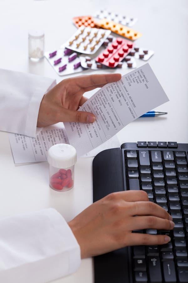 Farmacéutico que realiza la prescripción foto de archivo libre de regalías