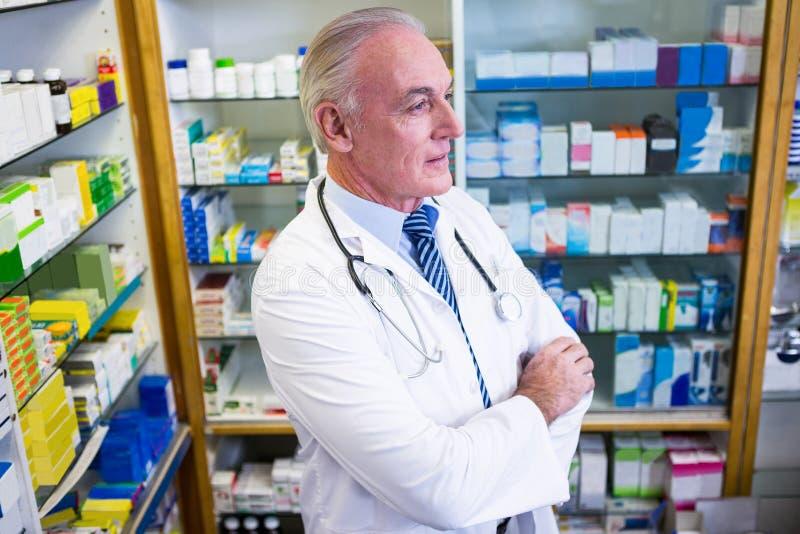 Farmacéutico que se coloca con los brazos cruzados foto de archivo