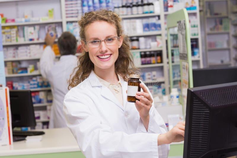 Farmacéutico que sostiene la botella de la medicina fotos de archivo libres de regalías
