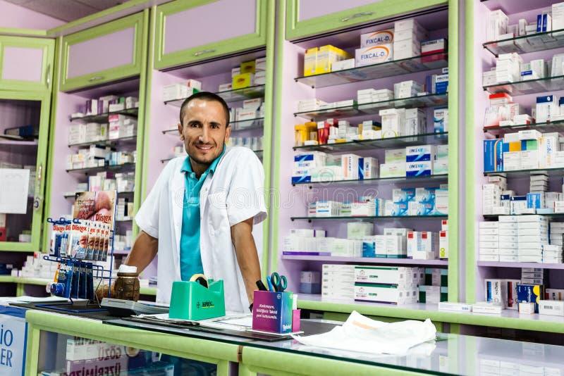 Farmacéutico turco amistoso en la capa blanca del laboratorio imagenes de archivo
