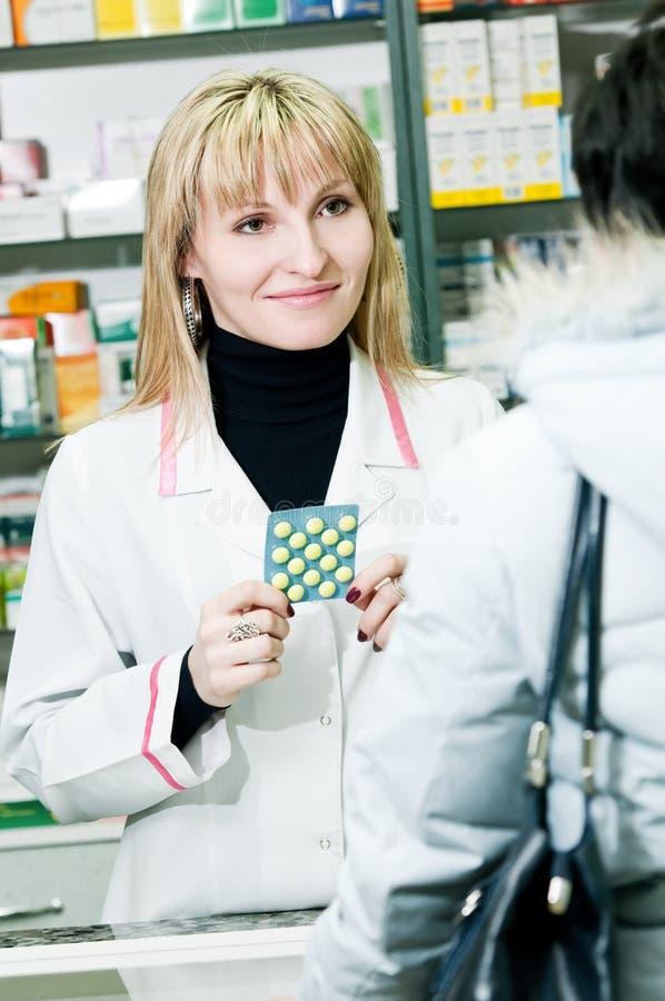 Farmacéutico y cliente alegres foto de archivo libre de regalías