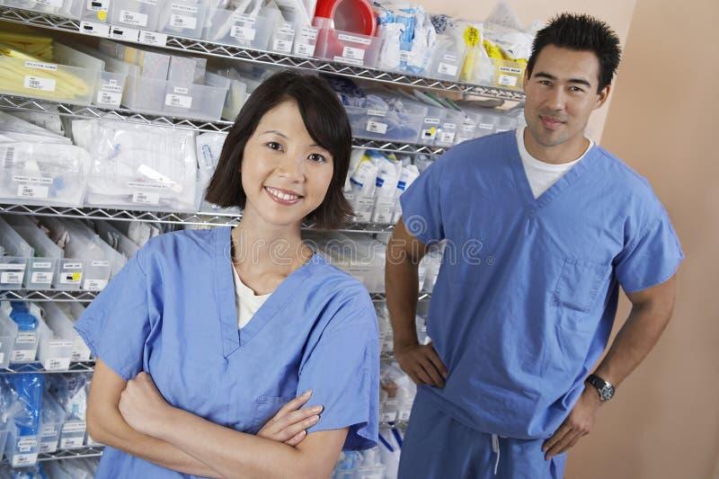 Farmacéuticos en sitio de hospital imagenes de archivo