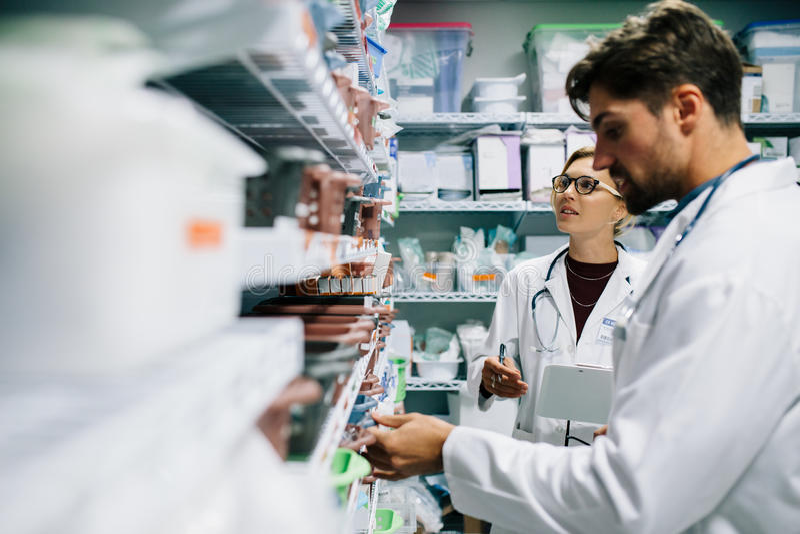 Farmacéuticos que comprueban inventario en la farmacia del hospital