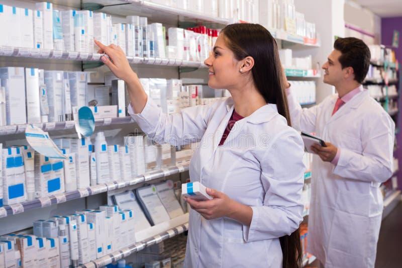 Farmacéuticos que presentan en droguería imagen de archivo libre de regalías