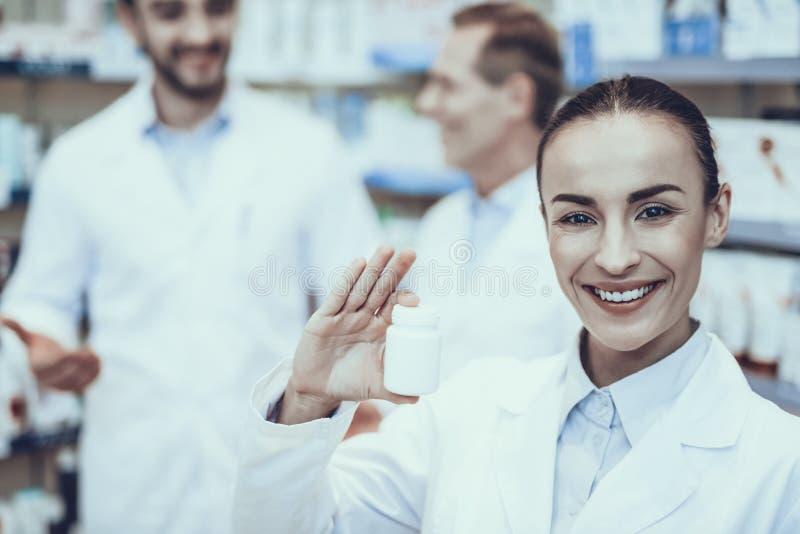 Farmacéuticos que trabajan en farmacia fotos de archivo libres de regalías