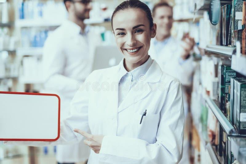 Farmacéuticos que trabajan en farmacia fotografía de archivo