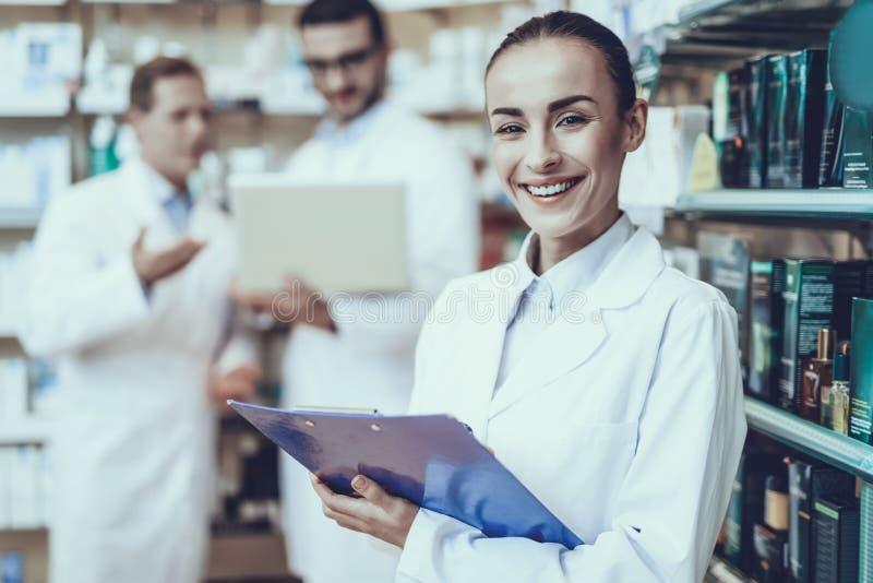 Farmacéuticos que trabajan en farmacia fotografía de archivo libre de regalías