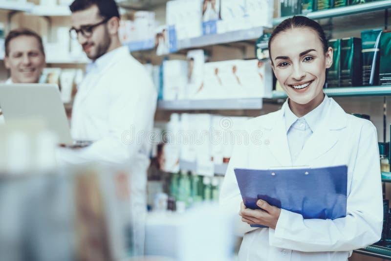 Farmacéuticos que trabajan en farmacia foto de archivo