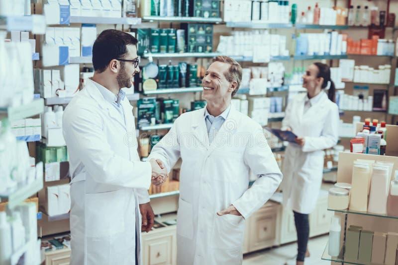 Farmacéuticos que trabajan en farmacia imagen de archivo libre de regalías