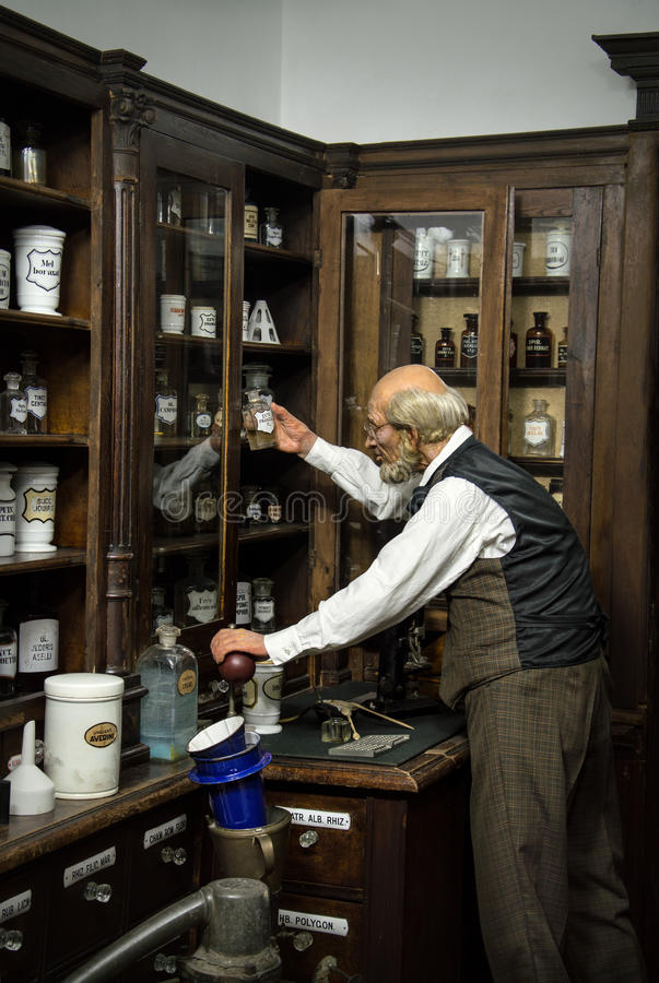 Farmacêutico em uma farmácia velha fotos de stock royalty free