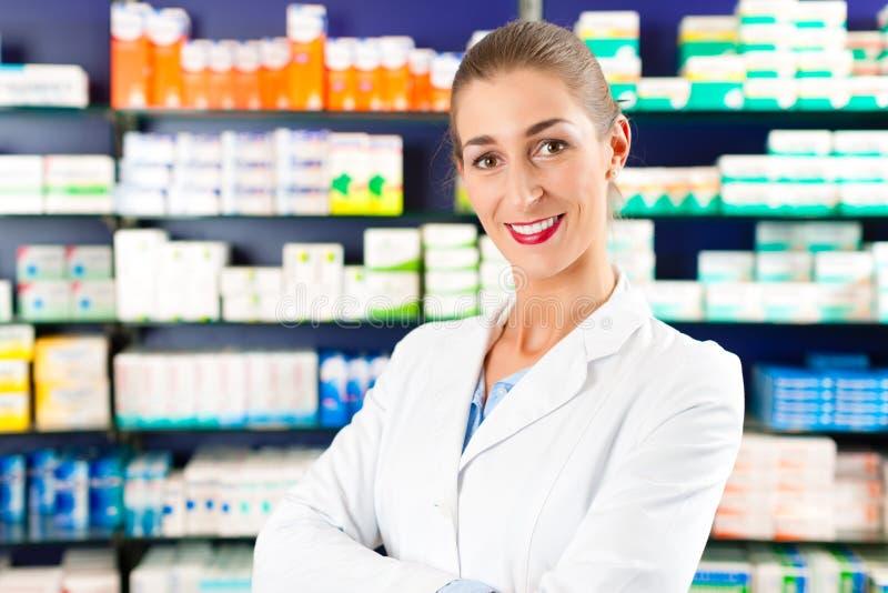 Farmacêutico fêmea na farmácia fotos de stock royalty free
