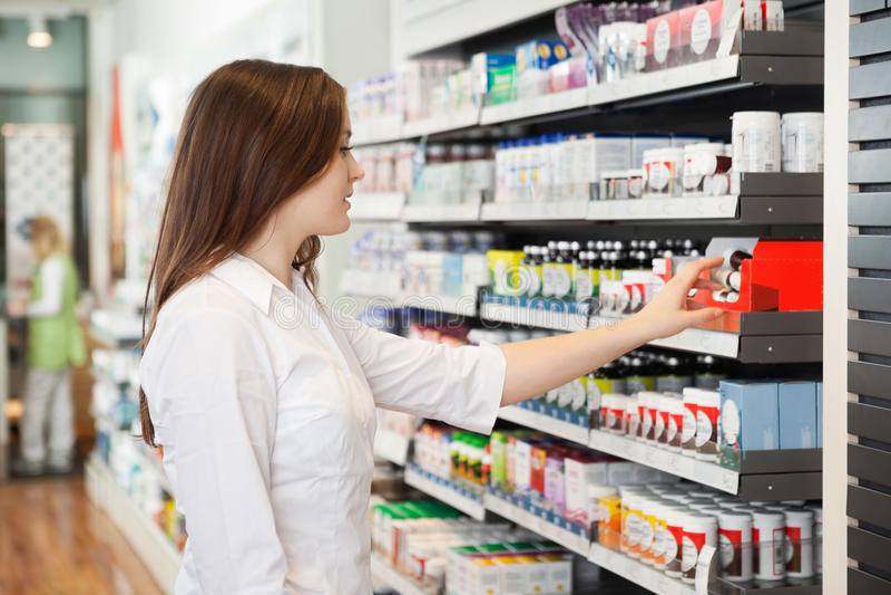 Farmacêutico fêmea novo fotografia de stock royalty free