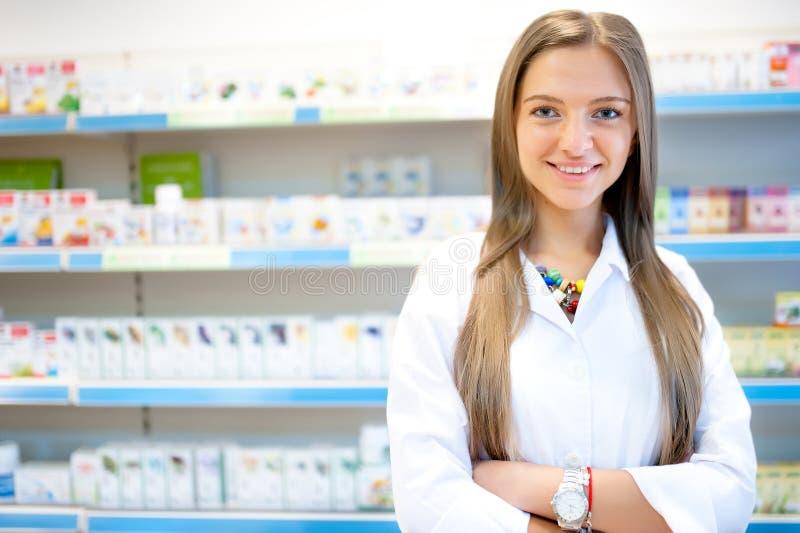 Farmacêutico louro bonito no sorriso da drograria ou da farmácia fotografia de stock royalty free