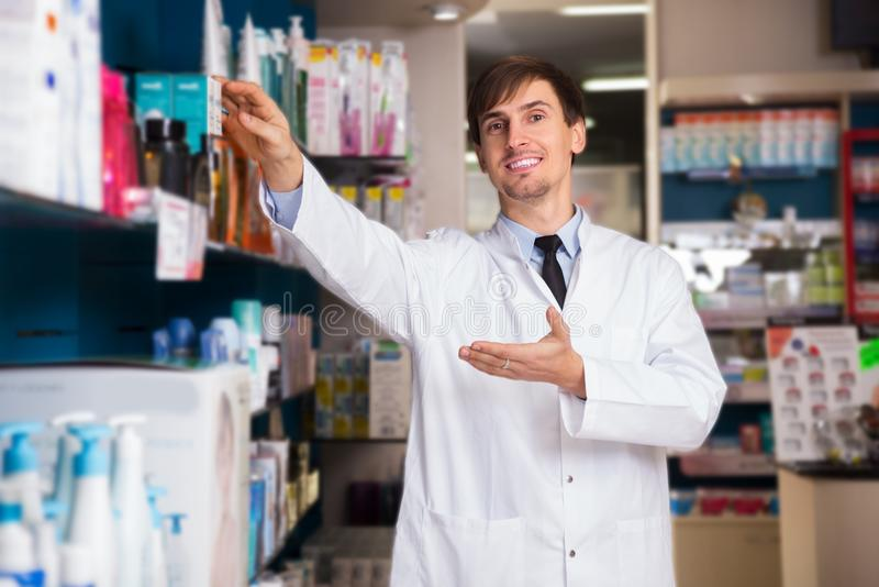 Farmacêutico masculino que levanta na drograria fotos de stock