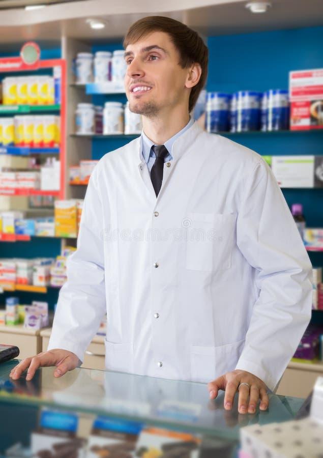Farmacêutico masculino que levanta na drograria imagem de stock royalty free