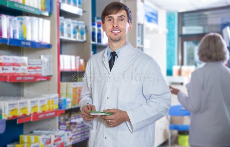 Farmacêutico masculino que levanta na drograria imagens de stock