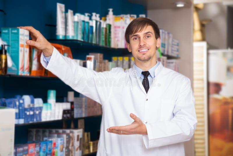 Farmacêutico masculino que levanta na drograria fotografia de stock royalty free