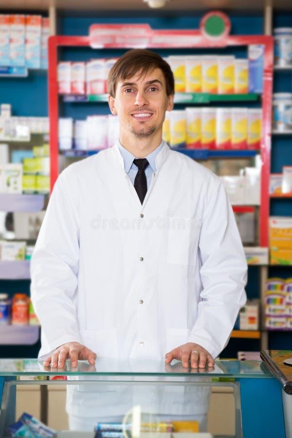 Farmacêutico masculino que levanta na drograria fotos de stock royalty free