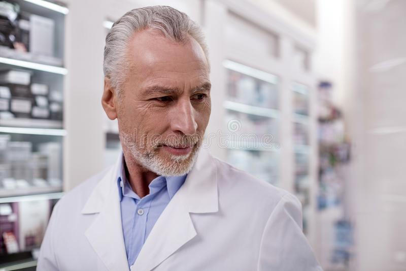 Farmacêutico masculino seguro que inspeciona a drograria fotografia de stock royalty free