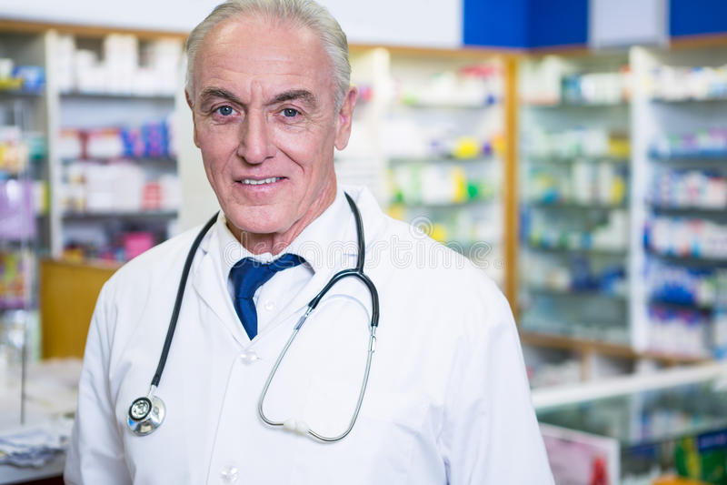 Farmacêutico no revestimento do laboratório imagens de stock royalty free