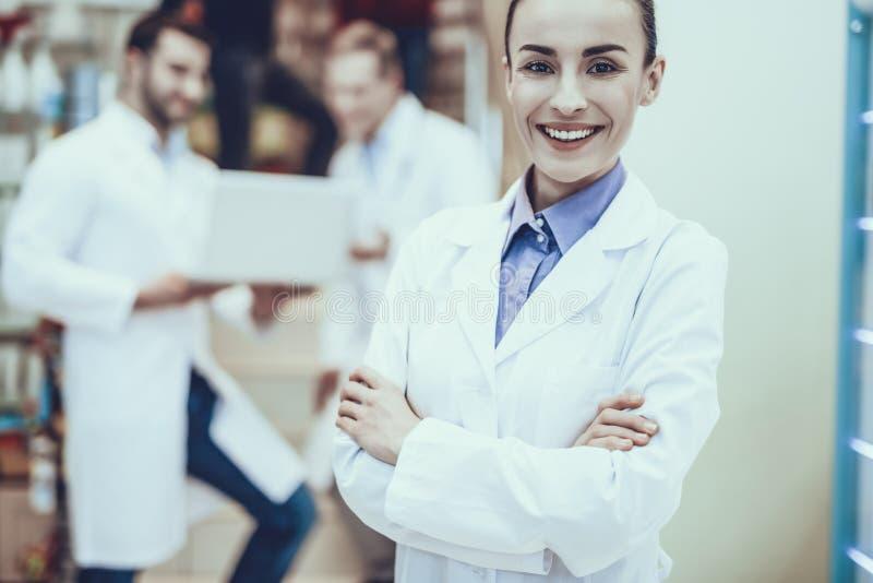Farmacêutico Posing com o braço cruzado fotos de stock royalty free