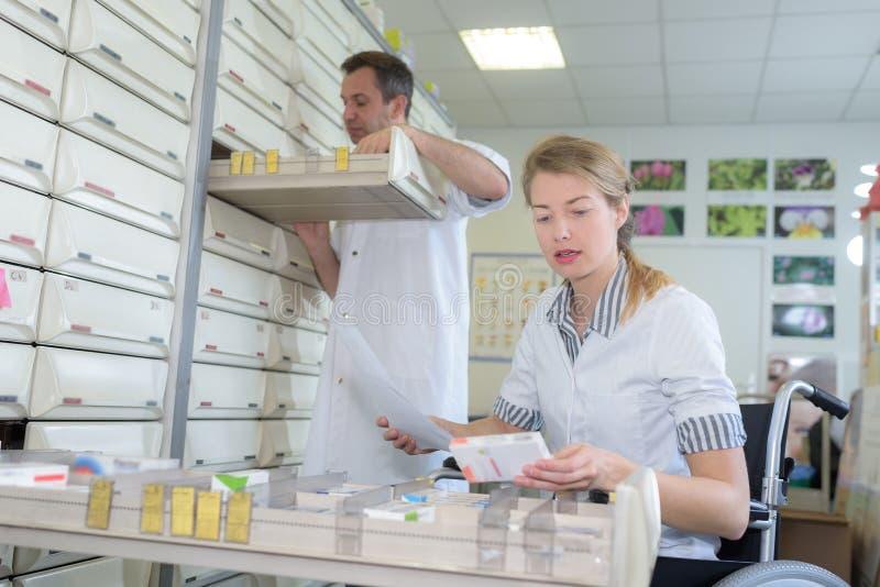 Farmacêutico que abre a gaveta imagem de stock royalty free