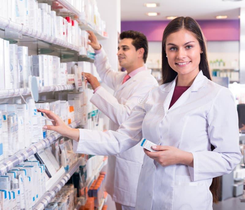 Farmacêutico que levanta na drograria foto de stock