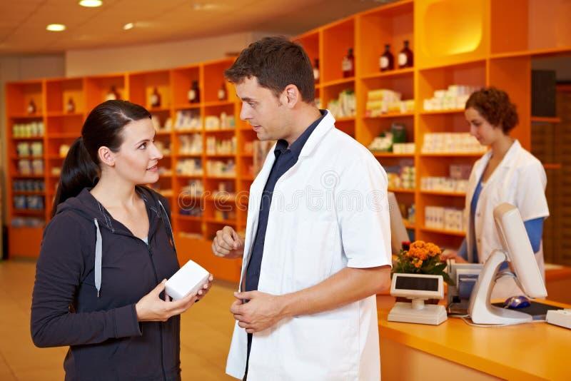 Farmacêutico que vende ao cliente fotos de stock