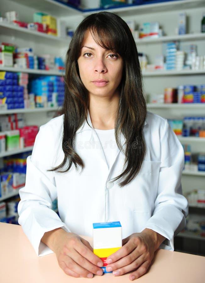 Farmacêutico que vende a medicina foto de stock