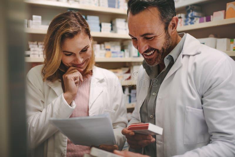 Farmacêuticos que procuram a melhor medicina no estoque imagem de stock royalty free