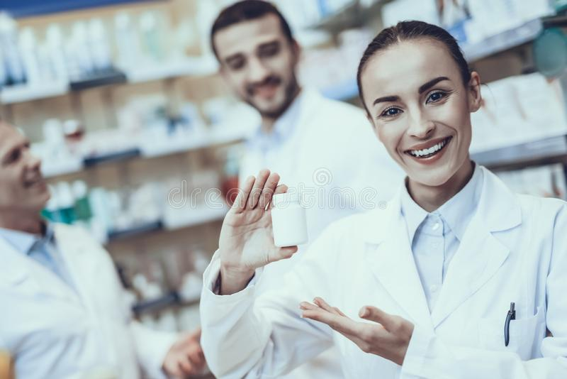 Farmacêuticos que trabalham na farmácia imagem de stock