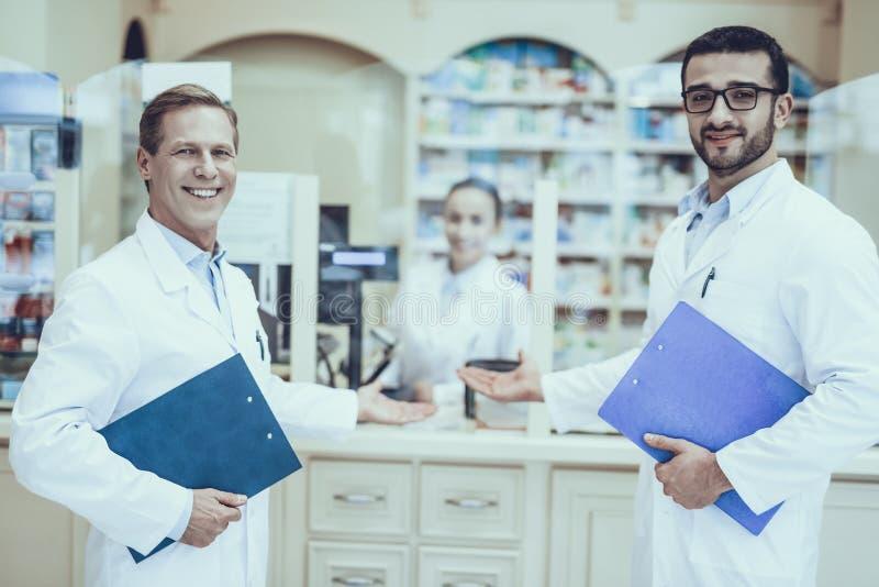 Farmacêuticos que trabalham na farmácia foto de stock