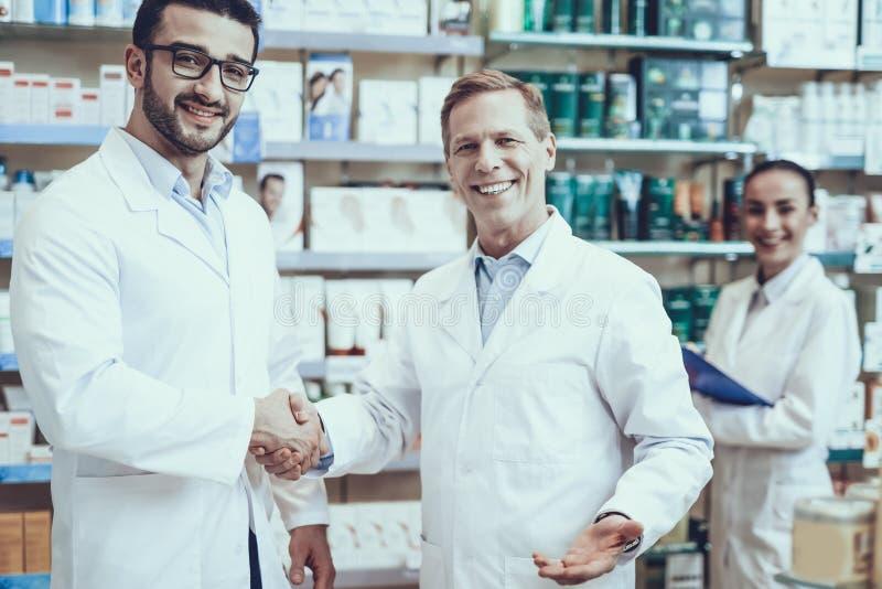 Farmacêuticos que trabalham na farmácia fotos de stock royalty free