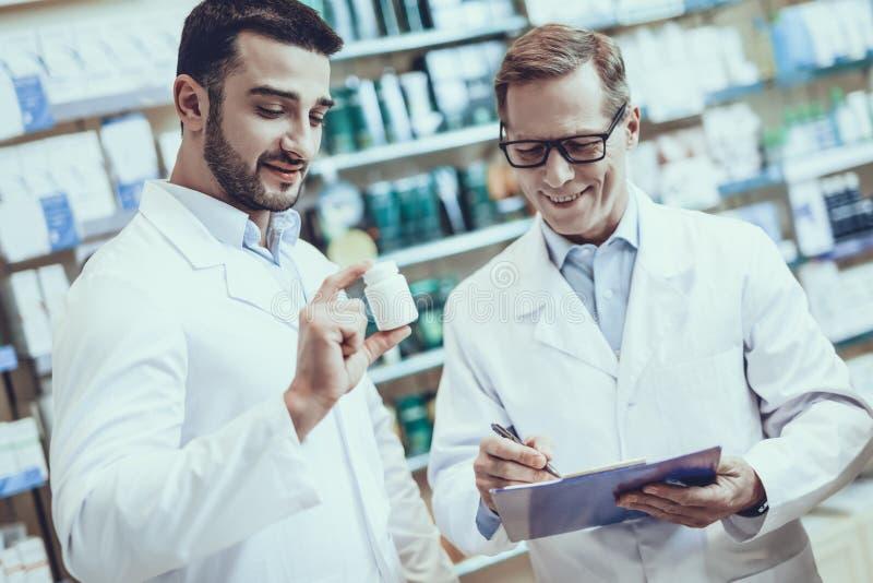 Farmacêuticos que trabalham na farmácia imagem de stock royalty free