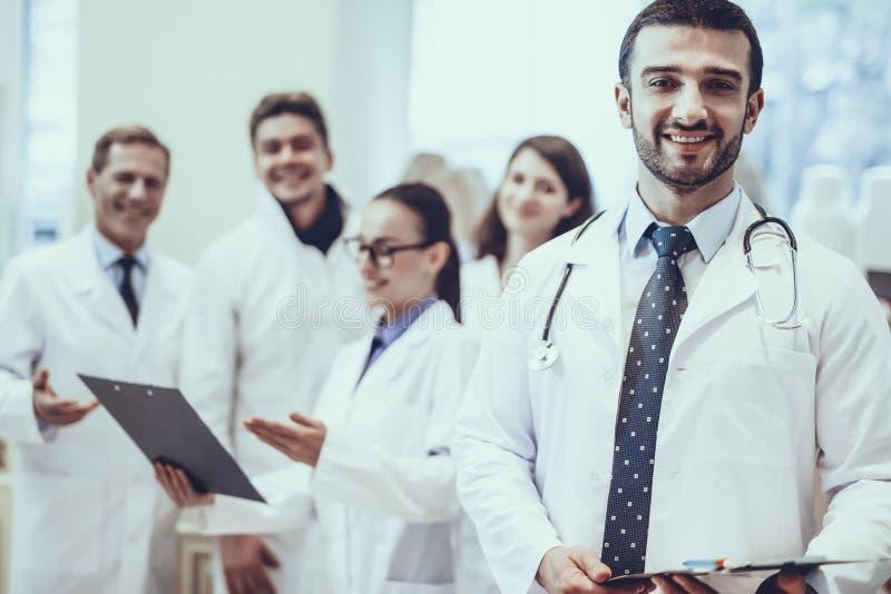 Farmacêuticos que trabalham na farmácia fotografia de stock