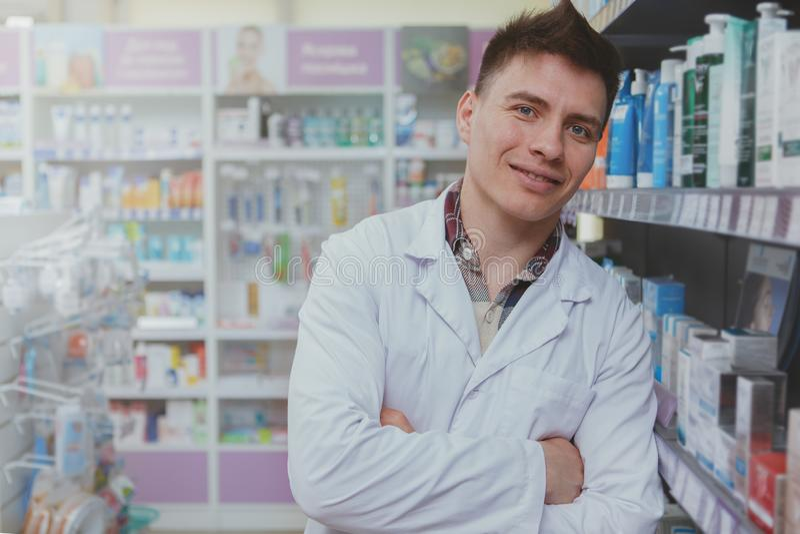 Farmac?utico masculino consider?vel que trabalha em sua drograria fotos de stock royalty free