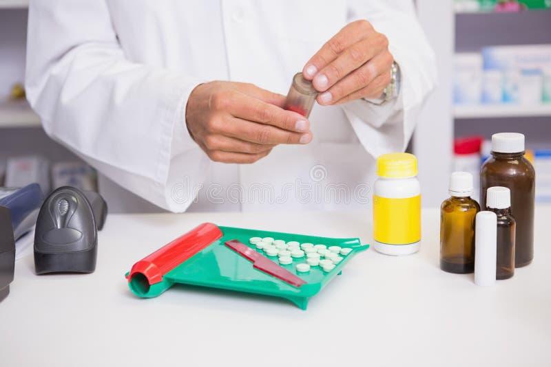 Farmaceuta przygotowywa niektóre medycynę obrazy stock