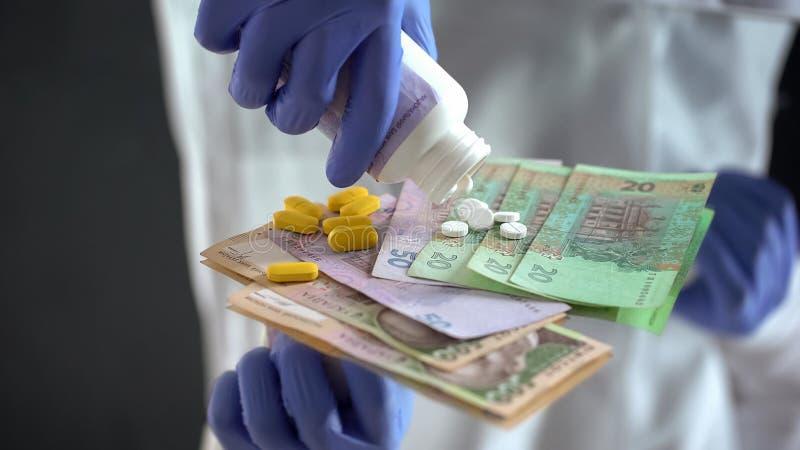 Farmaceuta zrzutu pigułki na hryvnias, drodzy leczenia w Ukraina fotografia royalty free
