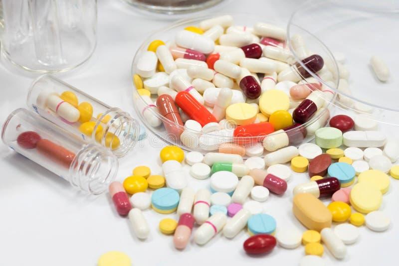 Farmaceutisch geneesmiddel, behandeling in container voor gezondheid royalty-vrije stock afbeeldingen