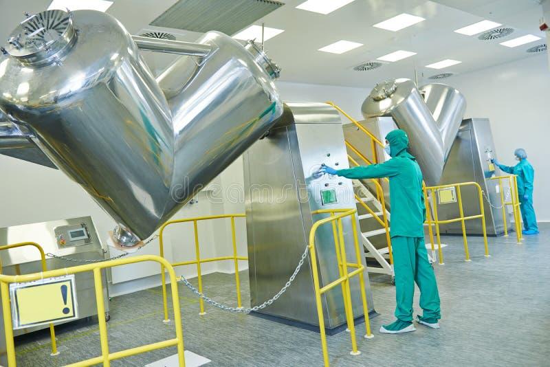 Farmaceutische fabrieksarbeiders stock afbeeldingen