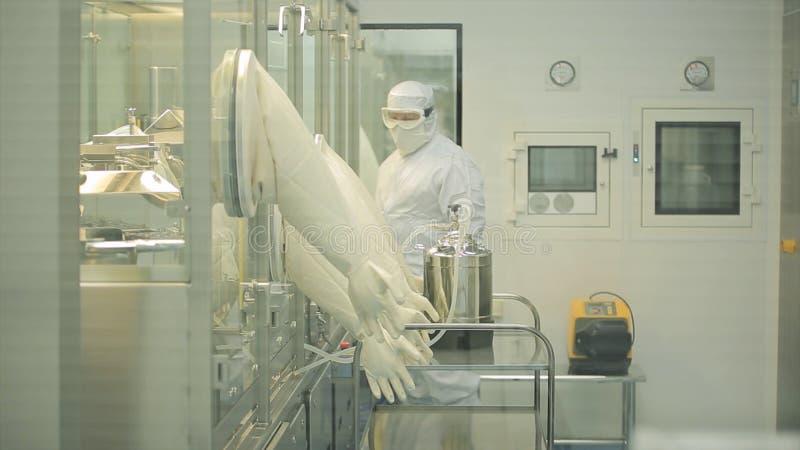 Farmaceutische Industrie Mannelijke fabrieksarbeider het inspecteren kwaliteit van pillen die in farmaceutische fabriek verpakken royalty-vrije stock afbeeldingen